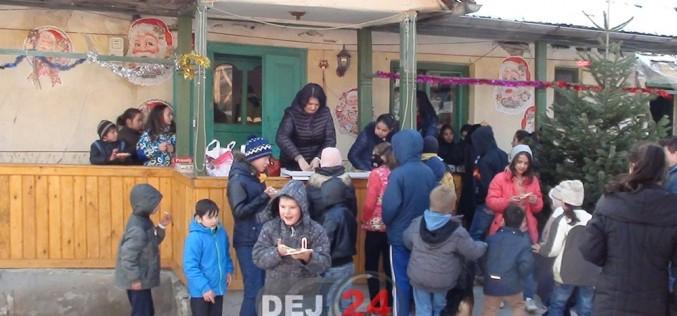 Cadouri de la Moș Crăciun pentru 50 de copii săraci din Dej și împrejurimi – VIDEO