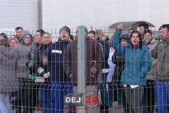 GREVĂ la Fujikura Dej! Muncitorii au întrerupt munca și protestează în curtea fabricii – FOTO