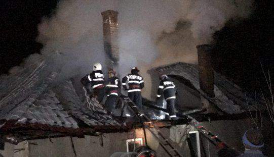 Incendiu VIOLENT în Nima. Acoperișul unei case S-A FĂCUT SCRUM – FOTO/VIDEO