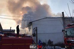 INCENDIU VIOLENT în Gherla! Un imobil A LUAT FOC. Vâlvătaia s-a EXTINS – FOTO/VIDEO