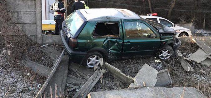 Un nou ACCIDENT pe strada 1 Mai din Dej! O mașină a spulberat un gard de beton – FOTO