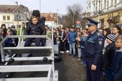 """Caravana """"Fii polițist pentru o zi"""" a poposit ieri și la Gherla – FOTO"""