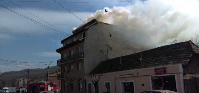 INCENDIU în Gherla! O clădire de pe strada Armenească a luat FOC – FOTO/VIDEO