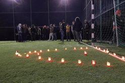 Câțcău – Prietenii tânărului MORT în accident au ținut un moment de RECULEGERE și au aprins lumânări – FOTO/VIDEO