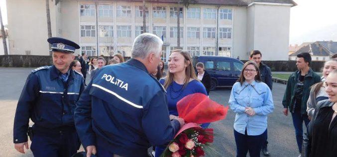 Surpriză pentru o tânără din Năsăud. S-a trezit înconjurată de polițiști. Vezi de ce – FOTO