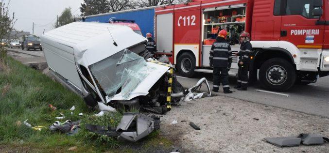 GRAV ACCIDENT la Ciceu Mihăiești! O dubă s-a izbit violent de un capăt de podeț. Șoferul a rămas ÎNCARCERAT – FOTO/VIDEO