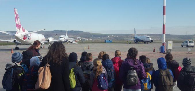 """O sută de turiști, țepuiți de o agenție de turism din Cluj. Au rămas cu """"ochii-n soare"""", pe aeroport"""