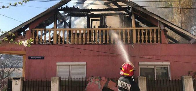 Sprijin financiar pentru familia din Dej a cărei casă a fost mistuită de flăcări – VIDEO