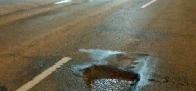 Și-a nenorocit mașina într-o groapă uriașă din Dej, iar autoritățile nu vor să-l despăgubească – FOTO