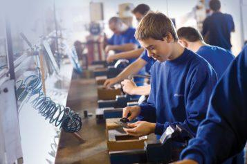 A fost promulgată legea prin care elevii din învățământul profesional pot beneficia de masă și cazare gratuită