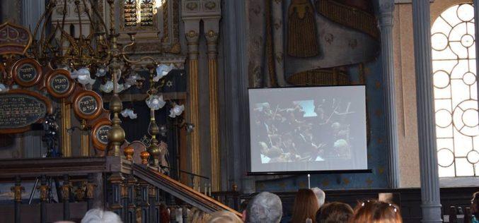 """Sinagoga din Dej s-a însuflețit miercuri după-amiază! Iubitorii de muzică simfonică au vizionat proiecția """"Oda Bucuriei"""" – FOTO"""