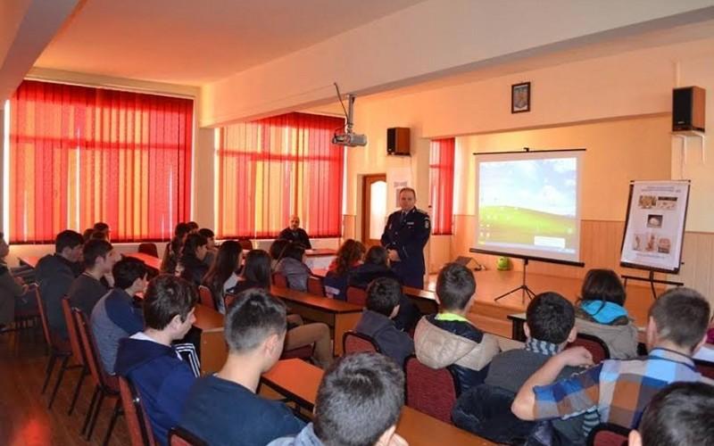 """Poliţiştii dejeni au stat de vorbă cu elevii Liceului Tehnologic """"Constantin Brâncuşi"""" – FOTO"""