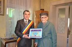 Părintele Nicula a împlinit 102 ani. Primarul i-a înmânat o diplomă de longevitate – FOTO