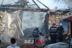 Incendiu la un grajd din Unguraș. Au ars două tone de fân – FOTO/VIDEO