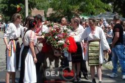 Împănatul boului la Mănăstirea. Fetele care au stăpânit boul se vor mărita – FOTO/VIDEO