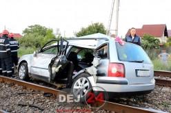 Accident feroviar în Jucu. Maşină lovită de tren, doi tineri și un bebeluș au ajuns la spital – FOTO/VIDEO