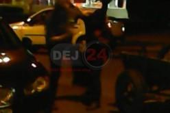 BĂTAIE în plină stradă, în Dej. Doi bărbați și-au împărțit pumni și picioare – VIDEO