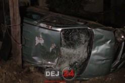 Accident în Dej. Un șofer BEAT s-a IZBIT cu mașina de un stâlp și de gardul unei locuințe – FOTO/VIDEO