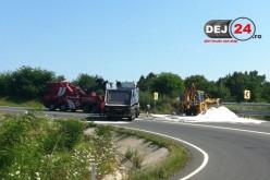 Camion încărcat cu sare de la Dej, răsturnat în localitatea Mesteacăn – FOTO