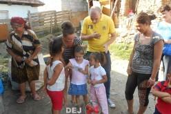 Familii nevoiașe din Rugășești, ajutate cu haine și alimente de TSD Dej și Cășeiu – FOTO