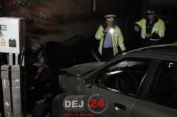 Accident la ieșire din Dej. O mașina a rupt un gard și s-a oprit în curtea unei case. Șoferul a fugit – FOTO/VIDEO