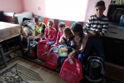 Copilași săraci din Gherla și împrejurimi, ajutați cu rechiziție și încălțăminte nouă – FOTO