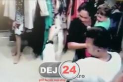 Prinsă LA FURAT într-un magazin de haine din Dej – CAMERE DE SUPRAVEGHERE
