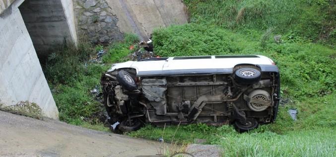 Accident în Bunești. O dubiță S-A RĂSTURNAT într-o VALE adâncă de 5 metri – FOTO