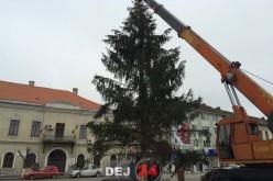 Dej – Se demontează ornamentele de pe bradul din centrul municipiului