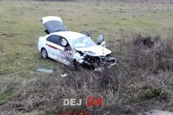 Accident cu două mașini implicate, la ieșire din Gherla. Una dintre ele a ajuns pe câmp – FOTO/VIDEO