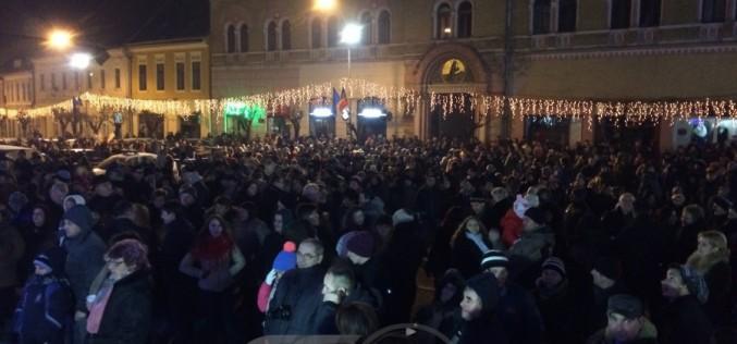 Mii de locuitori din Dej au sărbătorit împreună, în stradă, trecerea în anul 2016 – FOTO/VIDEO