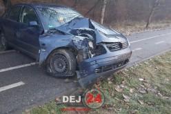 Poleiul bată-l vina. Un șofer din Dej și-a distrus mașina după ce s-a izbit de un stâlp – FOTO