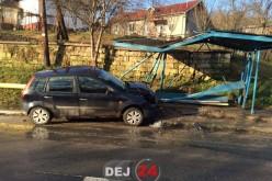 """ACCIDENT în Dej. Un autoturism a """"rupt"""" o stație de autobuz – FOTO"""