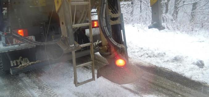 Peste 100 de tone de material antiderapant a fost împrăștiat pe drumurile din județul Cluj