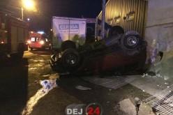 Accident în Dej. O mașină s-a oprit în zidul unei locuințe și S-A RĂSTURNAT – FOTO/VIDEO