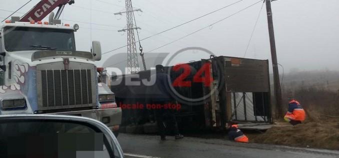 ACCIDENT în Ileanda! Un autotren s-a răsturnat pe carosabil