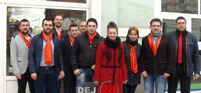Tinerii social-democrați din Dej le-au făcut o bucurie dejencelor, de 1 Martie – FOTO/VIDEO