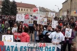 """""""Marșul pentru viață"""" la Dej. Sute de persoane au mărșăluit pe străzile orașului – FOTO/VIDEO"""