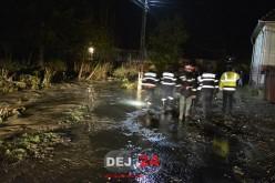 INUNDAȚII | Pompierii din Dej, noapte albă pentru scoaterea apei din gospodării – FOTO