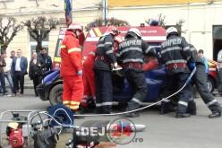 Drift-uri și accident cu o persoană încarcerată, în centrul municipiului Dej – FOTO/VIDEO