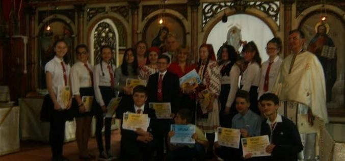 Elevi din Dej, premiați de Biserică – FOTO