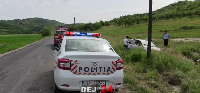 ACCIDENT în Gherla! Un autoturism a ajuns în șanțul de pe marginea drumului
