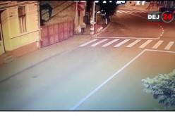 """""""Bruce Lee"""" de Dej! S-a luat la trântă cu pubelele de gunoi și acum este căutat de polițiști – VIDEO CAMERE DE SUPRAVEGHERE"""