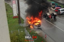 Autoturism în FLĂCĂRI pe o stradă din Dej. Totul s-a făcut scrum – FOTO/VIDEO