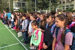 DEJ | A început școala! Clopoțelul a umplut din nou curțile școlilor – FOTO/VIDEO