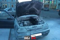 INCENDIU în Dej! Un autoturism a luat FOC în centrul orașului – FOTO/VIDEO