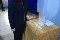 """DEJ   ALEGERI PARLAMENTARE 2016. Dora Muncelean, viceprimarul municipiului Dej, a votat pentru """"ca România să-și recapete demnitatea!"""" – FOTO"""