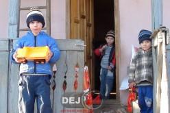 Vizită emoționantă pentru trei frățiori din Bobâlna. Moșul a ajuns pentru PRIMA DATĂ la ei! – FOTO/VIDEO