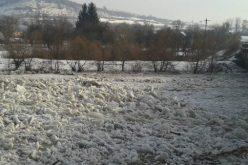 Poduri de gheață pe Șomeș, în județul Cluj! Autoritățile recomandă evitarea traversării, practicării sporturilor pe gheață, dar și pescuitului la copcă
