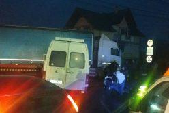 GRAV ACCIDENT la Răscruci! 16 persoane au fost rănite. Coliziune între un TIR și un microbuz – FOTO/VIDEO